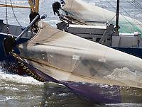 HOLWERD -  Een vissersboot, de Stormvogel,  uit Lauwersoog  (LO 13) op de Waddenzee tussen Ameland en Holwerd.  COPYRIGHT KOEN SUYK