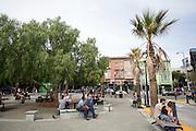 Mensen ontspannen bij een plein op Octavia Street in San Francisco. De Amerikaanse stad San Francisco aan de westkust is een van de grootste steden in Amerika en kenmerkt zich door de steile heuvels in de stad.<br /> <br /> The US city of San Francisco on the west coast is one of the largest cities in America and is characterized by the steep hills in the city.