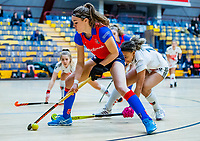 AMSTERDAM -  Carmel Bosch (SCHC) met Leiah Brigitha (Adam) . Zaalhockey hoofdklasse, Amsterdam D1-SCHC D1.   COPYRIGHT KOEN SUYK