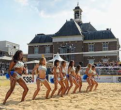 17-07-2014 NED: FIVB Grand Slam Beach Volleybal, Apeldoorn<br /> Poule fase groep A mannen - De Amerikanen waren een wedstrijd vrij aangezien de Duitsers geblesseerd afhaakten. Vrij spel dus op het centercourt / Entertainment, dance girls