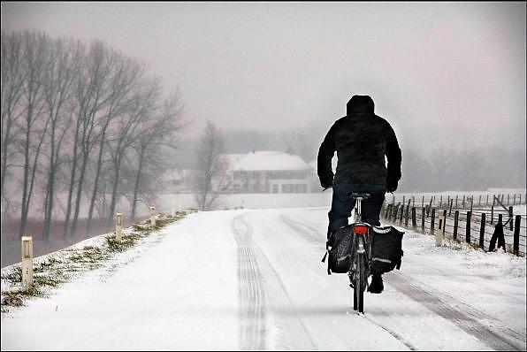 Nederland, Nijmegen, 8-2-2007 ..Een flinke sneeuwbui gaat over de stad. Hier trotseert een fietser het weer op de dijk in de Ooijpolder...Foto: Flip Franssen/Hollandse Hoogte