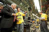 04 MAY 2009, EISENACH/GERMANY:<br /> Frank-Walter Steinmeier, SPD, Bundesaussenminister, im Gespraech mit einem Mitarbeiter, waehrend dem Besuch des Opel Werks Eisenach, Opel Eisenach GmbH<br /> IMAGE: 20090504-01-066<br /> KEYWORDS: Arbeiter, Gespräch, Werksbesichtigung