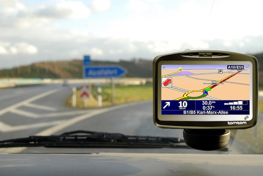 Deutschland,tomtom Navigationsgerät in einem PKW  bei der Abfahrt von der Autobahn  Germany,  GPS Navigation TomTom in a car  at an exit of the German autobahn             