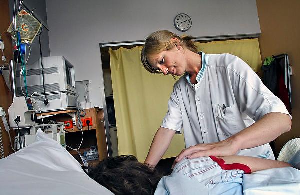 Nederland, Nijmegen, 17-4-2007Verpleegkundige in een ziekenhuis aan het bed van een patient.Foto: Flip Franssen