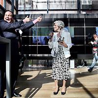 Nederland.Delft.26 april 2010..De 87jarige Mevr. Looijen, uitvindster van de plastic fietskettingkast, krijgt een gloeilamp uitgereikt uit handen van dhr. Eppo van Nispen tot Sevenaer tijdens de opening van de Patent Parade in mediatheek DOK Delft.