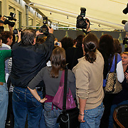 NLD/Amsterdam/20100512 - Nominatielunch genomineerden Musicalawards 2010, chaos bij de groepsfoto