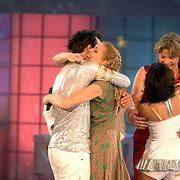 NLD/Hilversum/20070310 - 9e Live uitzending SBS Sterrendansen op het IJs 2007 de Uitslag, Geert Hoes en Nance Coolen omhelsen elkaar