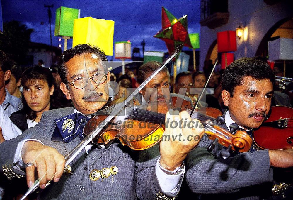Ixtapan de la Sal, Méx.- Mariachis durante una bervena popular en la plaza de Ixtapan de la Sal. Agencia MVT / Mario Vázquez de la Torre.