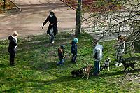Bialystok, 19.04.2020. Podczas epidemii koronawirusa pies jest najlepszym przyjacielem czlowieka, takze ze wzgledu na to, ze mozna zawsze wyjsc z nim na spacer, nie obawiajac sie mandatu N/z ludzie na spacerze z psami fot Michal Kosc / AGENCJA WSCHOD