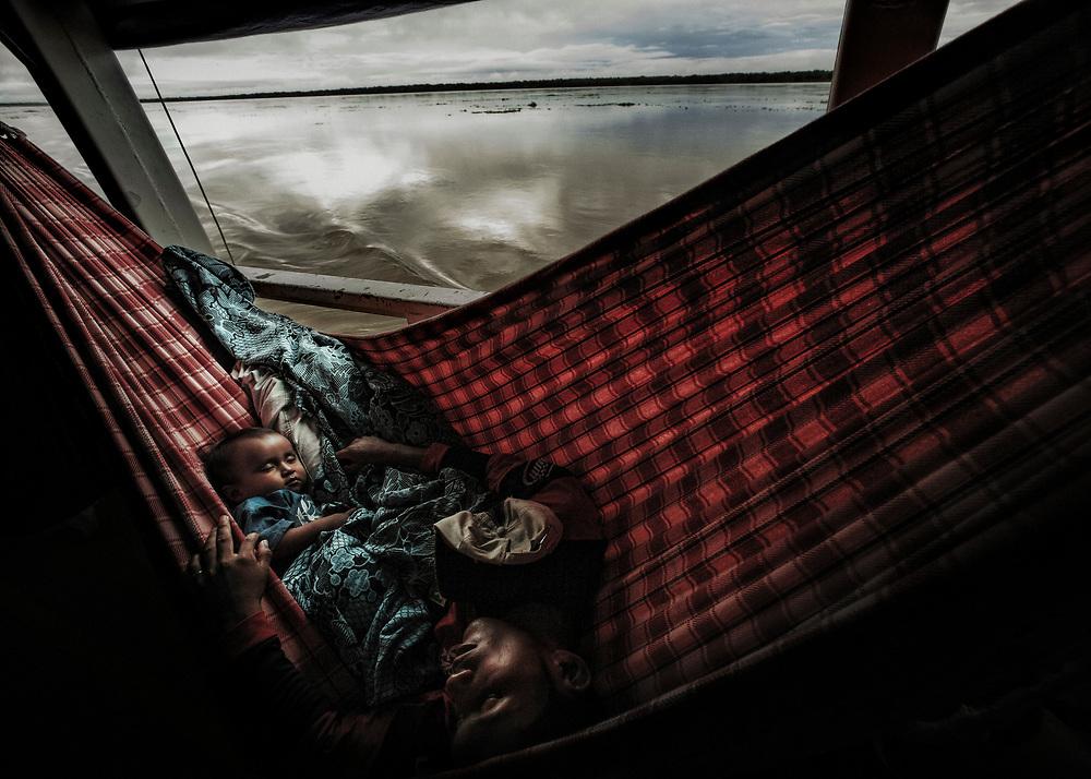 Brésil, Amazonas, rio Amazonas.<br /> <br /> Bateau, principal moyen de transport entre deux communautes le long de l'Amazone.