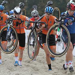 08-11-2020: Wielrennen: EK Veldrijden: Rosmalen: Manon Bakker: Puck Pieterse: Aniek van Alphen