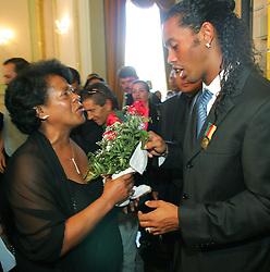 Ronaldinho Gaúcho entrega um buquê de flores para sua mãe, Dna Miguelina em uma cerimônia no Palácio Piratini, em Porto Alegre. FOTO: Jefferson Bernardes/Preview.com