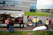 Op een weg op de campus van de TU Delft oefent het team met het rijden in een Velox. In september wil het Human Power Team Delft en Amsterdam, dat bestaat uit studenten van de TU Delft en de VU Amsterdam, tijdens de World Human Powered Speed Challenge in Nevada een poging doen het wereldrecord snelfietsen voor vrouwen te verbreken met de VeloX 7, een gestroomlijnde ligfiets. Het record is met 121,44 km/h sinds 2009 in handen van de Francaise Barbara Buatois. De Canadees Todd Reichert is de snelste man met 144,17 km/h sinds 2016.<br /> <br /> With the VeloX 7, a special recumbent bike, the Human Power Team Delft and Amsterdam, consisting of students of the TU Delft and the VU Amsterdam, also wants to set a new woman's world record cycling in September at the World Human Powered Speed Challenge in Nevada. The current speed record is 121,44 km/h, set in 2009 by Barbara Buatois. The fastest man is Todd Reichert with 144,17 km/h.