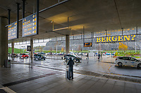 På vei ut av Bergen lufthavn, Flesland, møtes man av regn og et kunstverk i form av teksten «Bergen?» i fem meter høye bokstaver.