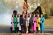 Perspresentatie Op Zoek Naar Mary Poppins op Landgoed Eikenhorst, Nieuw Loosdrecht.<br /> <br /> Op de foto:  Alle kandidaten met Simone Breukink, Irene Borst, Bente van den Brand, Carmen Danen, Suzanne de Heij, Noortje Herlaar, Rosalie de Jong, Angenita van der Mee, Eefje Thomassen, Sophie Veldhuizen en Willemijn de Vries  samen met de jury besttande uit Erwin van Lambaart, Pia Douwes en Thom Hoffman