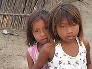 Indígenas guna / niñas indígenas en la comarca de Guna Yala, Panamá.