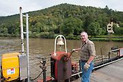 Neckar, Fährmann, Fähre Neckarhausen, Odenwald, Naturpark Bergstraße-Odenwald, Baden-Württemberg, Deutschland | car ferry Neckarhausen, ferry man, Neckar, Odenwald, Baden-Wuerttemberg, Germany