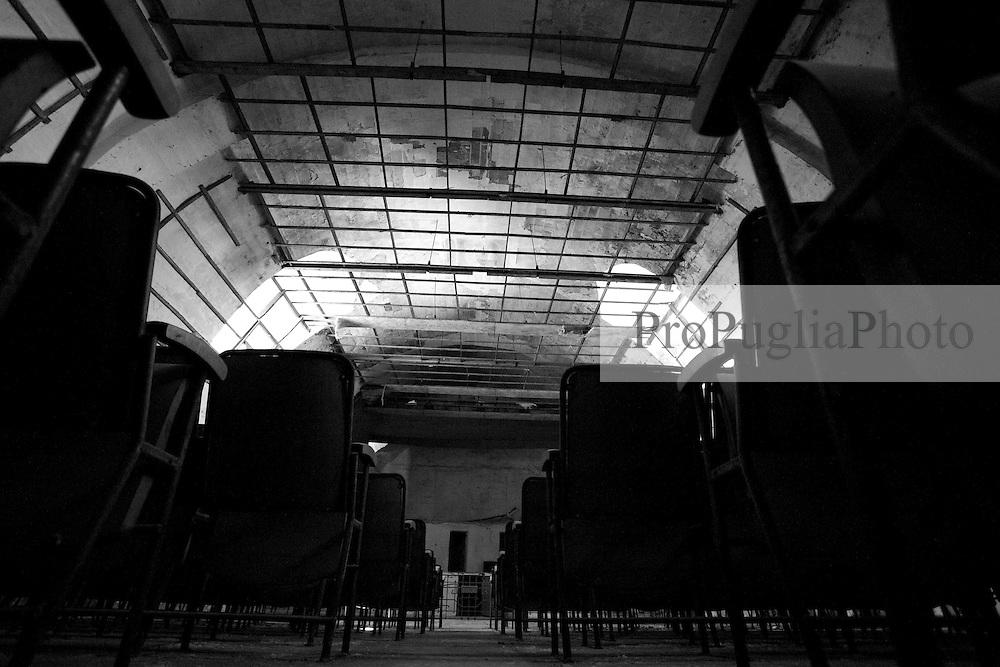 Nel vecchio cinema Massimo di Lizzano (Ta), è rimasto ben poco. Il tempo ha lasciato il segno. La sala, quì fotografata, restituisce il suo aspetto attuale ma nello stesso tempo lascia libera immaginazione di come poteva essere negli anni passati.