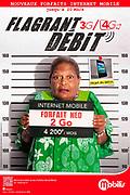 photo publicitaire d'une grand mère kanak portant une pancarte comme dans une identification criminelle dans un bureau de police pour les forfaits Mobilis 3G/4G de l'OPT.