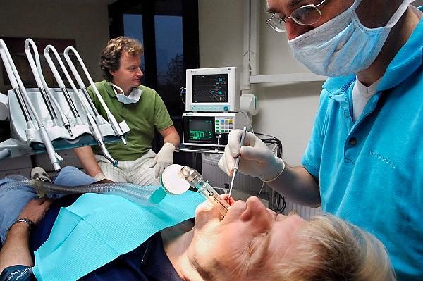Nederland, Beuningen, 14-11-2006..In de tandartsenpraktijk in het gezondheidscentrum van Beuningen kunnen bange, angstige patienten een behandeling onder narcose bij de tandarts krijgen...Foto: Flip Franssen
