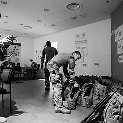 mardi 13 septembre 2016, 10h35, La Défense. De retour à leur vigie, les militaires s'allègent en retirant leur arme et leur gilet pare-balle. C'est l'occasion aussi de faire sécher un peu leur veste maculée de transpiration.