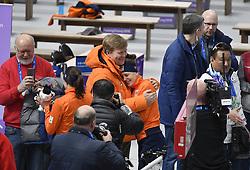 12-02-2018 SCHAATSEN: OLYMPISCHE SPELEN: OLYMPIC GAMES: PYEONGCHANG 2018<br /> Koning Willem-Alexander, aanwezig bij de 1500 meter vrouwen drukt Ireen Wust (JustLease.nl) tegen zich aan<br /> <br /> Foto: Soenar Chamid