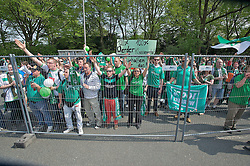 04.05.2013, Weserstadion, Bremen, GER, 1. FBL, SV Werder Bremen vs TSG 1899 Hoffenheim, 32. Runde, im Bild Fans des SV Werder Bremen feuern ihre Mannschaft an Tor 1 an, nachdem der Bus auf dem Stadiongelaende geparkt hat // during the German Bundesliga 32nd round match between the clubs SV Werder Bremen vs TSG 1899 Hoffenheim at the Weserstadion, Bremen, Germany on 2013/05/04. EXPA Pictures © 2013, PhotoCredit: EXPA/ Andreas Gumz ***** ATTENTION - OUT OF GER *****