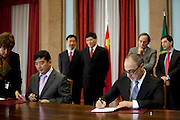 Cao Guangjing and Joaquim Reis.<br /> The president of China Three Gorges electric company, Cao Guangjing; the chairman of the board of Parpública, Joaquim Reis, and António Mexia, chairman of the Board of EDP signed an agreement that gives the first formal step for the acquisition of a state share of 21.35% in the EDP, the portuguese electric company.