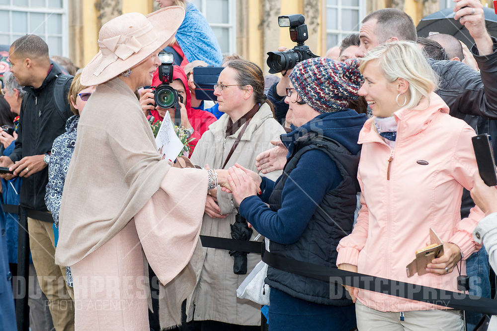 Koningin Maxima tijdens een bezoek aan Slot Sanssouci in Postdam, Duitsland.