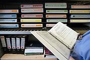 Nederland, Nijmegen, 4-3-2005..Kast met mappen en ordners met protocollen op operatie afdeling...Medische fouten, voorschriften, werkwijze, zorgvuldigheid, naslagwerk, ..Foto: Flip Franssen