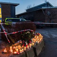Kristiansand  20161206.<br /> Blomster er satt ned ved Wilds Minne skole der en kvinne og en gutt ble knivstukket mandag og døde senere av skadene.<br /> Foto: Tor Erik Schrøder / NTB scanpix