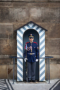 Soldat der Präsidentengarde am Eingang der Prager Burg.
