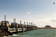 De Oosterscheldekering is vormt waterkering en is onderdeel van de Deltawerken waarmee Nederland beschermt wordt tegen overstromingen bij springvloed.  <br /> <br /> The Oosterscheldekering is a flood defense system and is part of the Delta Works that protects the Netherlands against flooding in the event of a flood.