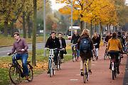 In Delft rijden fietsers over het terrein van de Technische Universiteit.<br /> <br /> In Delft cyclist ride at the campus of the TU.