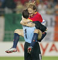 Fotball. VM 2002. 16.06.2002.<br />Åttendelsfinale.<br />Spania v Irland.<br />Spanias målvakt Iker Casillas og Gaizka Mendieta, som satte inn den avgjørende straffen.<br />Foto: Uwe Speck, Digitalsport