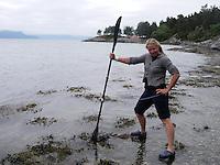 Checking conditions before launching kayaks - kajakkpadler sjekker grunnforholdene i fjæra før kajakkene settes ut