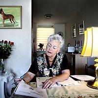 Nederland, Purmerend , 6 september 2012..Laaggeletterde Tine Overmeer tijdens de thuisstudie..Foto:Jean-Pierre Jans