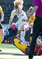 AMSTELVEEN - Amsterdam speelster  Maria Verschoor ontwijkt Terriers keeper Laura Hakvoort tijdens de hoofdklasse hockeywedstrijd tussen de vrouwen van Amsterdam en Terriers (4-0). COPYRIGHT KOEN SUYK