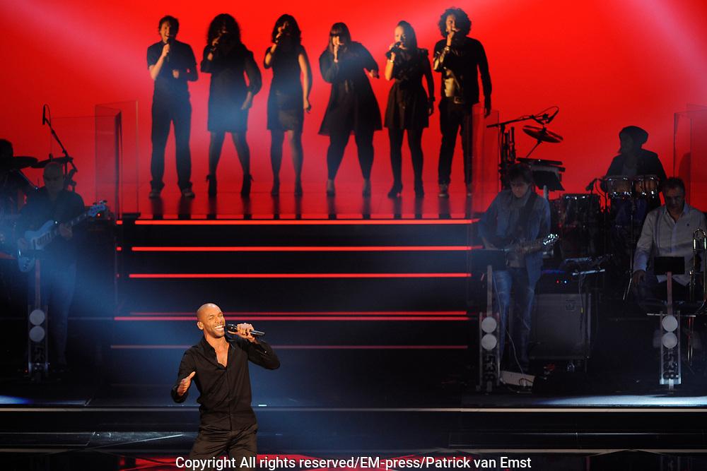 Eerste Live Show van de Voice of Holland in Studio 22 in Hilversum.<br /> <br /> Op de foto:  Gino Emnes