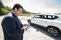 17 JUL 2018, GIFHORN/GERMANY:<br /> Hubertus Heil (L), SPD, Bundesminister fuer Arbeit und Soziales, steuert einen PKW mit einem iPad, waehrend dem Besuch der Ingenieurgesellschaft Auto und Verkehr, IAV, im Rahmen seiner Sommerreise<br /> IMAGE: 20180717-01-018