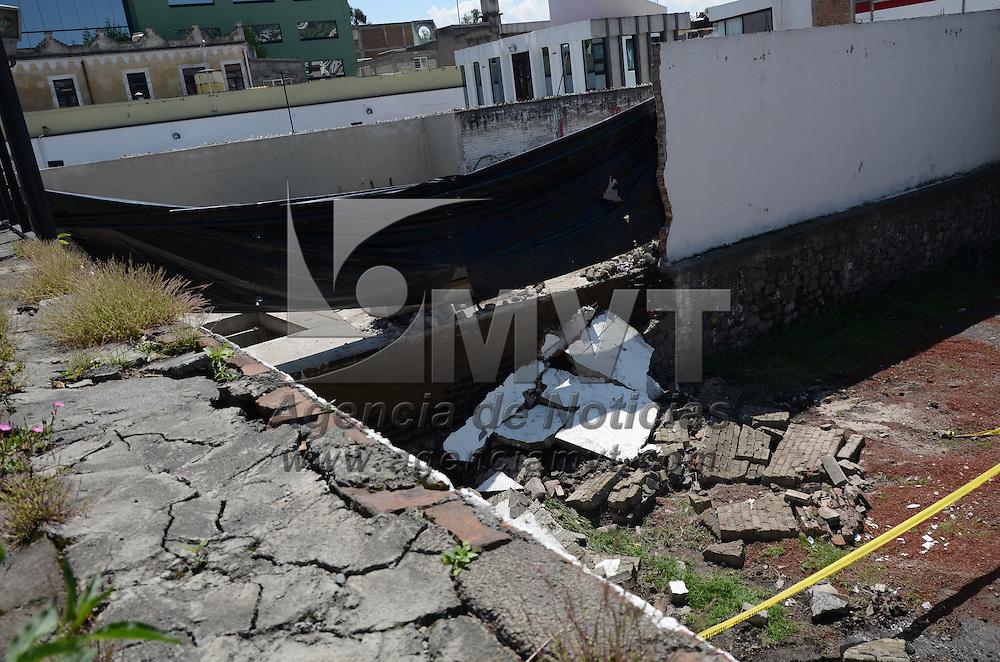Toluca, México.- Solo un plástico usaron para cubrir el área afectada por la barda que colapsó en un estacionamiento anexo al Issemym en la calle de Quintana Roo caso esquina con Lerdo. Agencia MVT / Arturo Hernández.