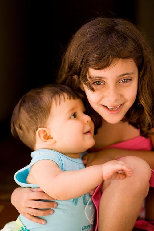 Belo Horizonte_MG, Brasil...Garota com um bebe no colo...A girl holding a baby...Foto: MARCUS DESIMONI / NITRO