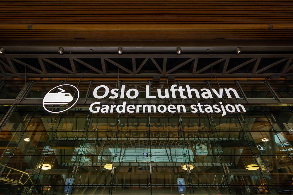 Skilting på Oslo lufthavn som markerer inngangen til Gardermoen stasjon.