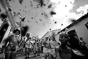 Tiradentes_MG, 14 de Fevereiro de 2010 ..Carnaval nas cidades historicas de Minas Gerais. Projeto de secretaria de turismo busca resgatar o carnaval tradicional, com proibicao de funk e axe e incentivo aos blocos de rua...Na foto, o bloco da Saia do Casulo desfile pelo centro historico da cidade. ..Foto: Leo Drumond / NITRO
