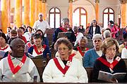 Tres Pontas_MG, Brasil..Pessoas rezando na igreja matriz de Tres Pontas, Minas Gerais..People praying in Church in Tres Pontas, Minas Gerais..Foto: MARCUS DESIMONI / NITRO
