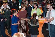 Hare Majesteit Koningin Maxima opent het beroepenfeest van Almere On Stage voor VMBO leerlingen in het Topsportcentrum in Almere-Poort. <br /> <br /> Her Majesty Queen Maxima opens the profession feast of Almere On Stage for secondary pupils in Topsportcentrum in Almere Poort.<br /> <br /> Op de foto / On the photo:  Koningin Maxima in gesprek met jongeren tijdens de opening / Queen Maxima talking to young people during the opening