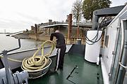 Nederland, Nijmegen, Waal, 21-10-2018Reportage aan boord van de Henri R mbt de problemen voor de binnenvaart vanwege het lage water in de Waal en Rijn. Matroos uit Tsjechie rolt een tros op.Foto: Flip Franssen