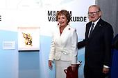 Margriet en Van Vollenhoven bij tentoonstelling INUIT KUnst