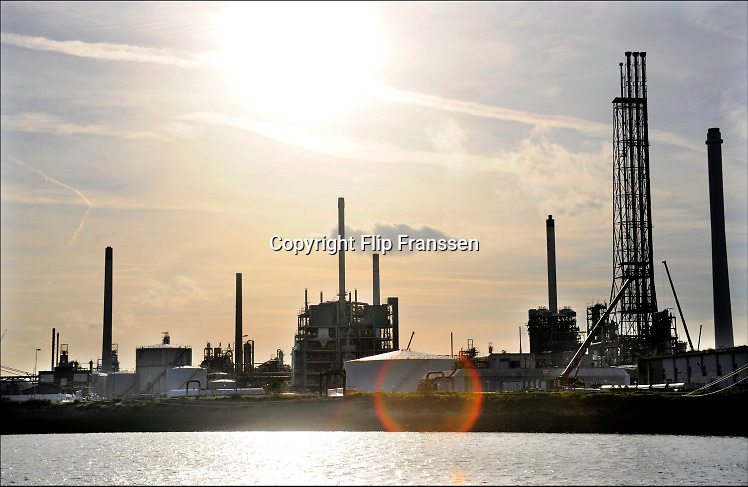 Nederland, Rotterdam, 3-3-2015Raffinaderij, olieverwerkende industrie,  een terrein met opslagtanks voor olie. Rotterdam is in Europa de grootste importhaven en een van de grootste ter wereld voor overslag en raffinage van ruwe olie. De aangevoerde olie wordt voor ongeveer de helft gebruikt door raffinaderijen van Shell, BP, Esso, Exxon Mobil, Kuwait Petroleum, en Koch. De rest wordt per pijpleiding naar Vlissingen, Belgie en Duitsland overgeslagen. Foto: Flip Franssen/HH