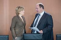 31 OCT 2018, BERLIN/GERMANY:<br /> Julia Kloeckner (L), CDU, Bundeslandwirtschaftsministerin, und Helge Braun (R), CDU, Kanzleramtsminister, im Gespraech, vor Beginn der Kabinettsitzung, Bundeskanzleramt<br /> IMAGE: 20181031-01-016<br /> KEYWORDS: Kabinett, Sitzung, Julia Klöckner, Gespräch
